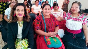mujeres de guatemala sentadas