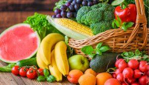 cesto de frutas saludables