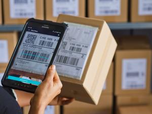 tableta escaneando paquete