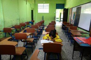 niña de Guatemala estudiando en clase